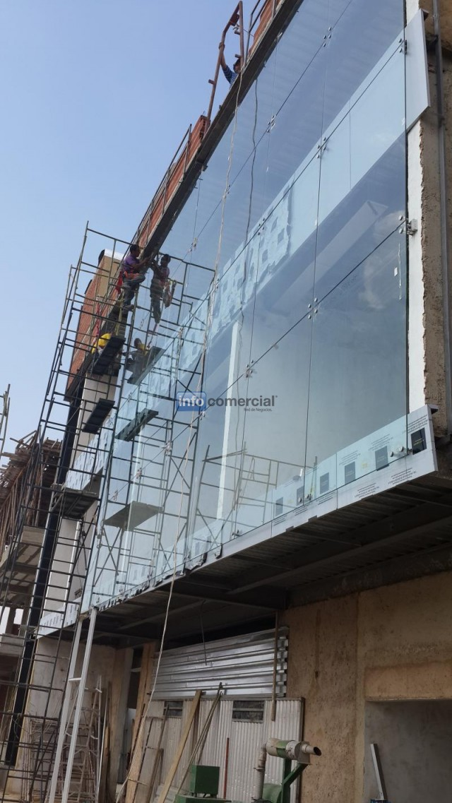 Fachadas y sistemas spider spider fachadas tipo curtain for Precio cristal blindado