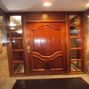 Puertas tablero macizas en cedro for Precio puertas macizas